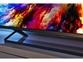 Izjemno tanek LED-televizor 4K UHD z elegantnim okvirjem in kovinskim stojalom